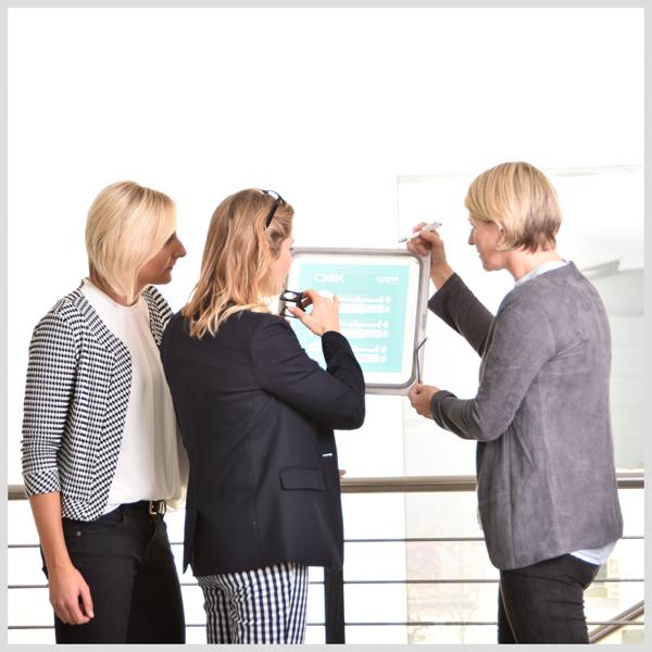 PVF Mitarbeiterfoto bei einer Siebprüfung